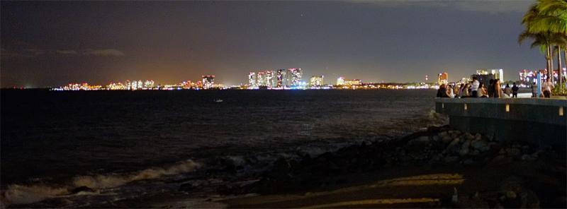 Nachtpanorama der Hotelmeile von Vallarta