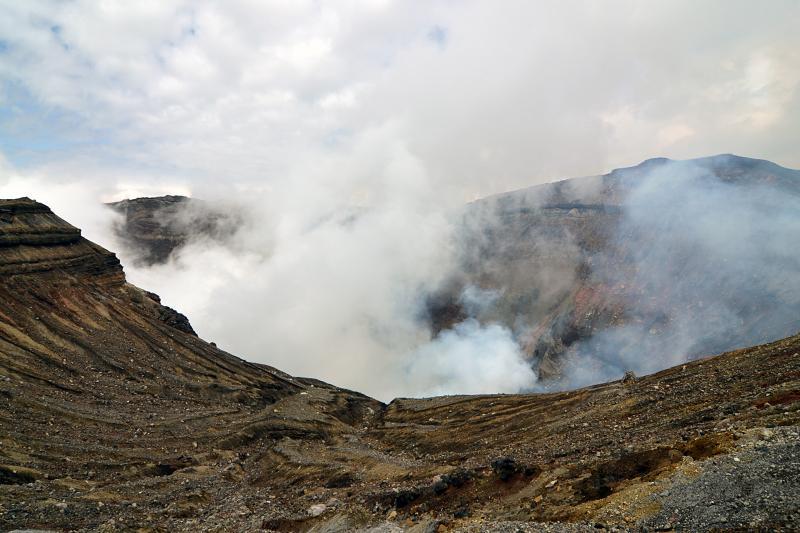 Aktiver Krater des Vulkans Aso-san