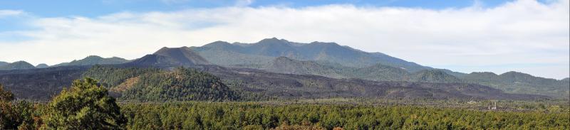 Sicht auf den Vulkan und das verschuettete Dorf Paricutin