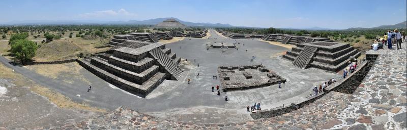 Die Ruinen von Teotihuacan von der Mondpyramide