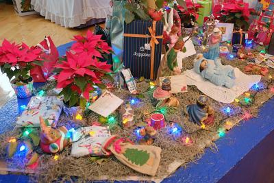 Die Krippe am Fuß des Weihnachtsbaumes