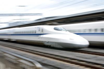 Ein Shinkansen N700 bei der Durchfahrt