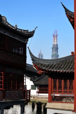 """Blick aus der Shanghaier """"Altstadt"""" auf den Shanghai Tower"""