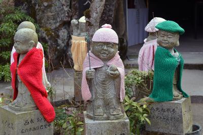 Bekleidete Buddhas auf Miyajima