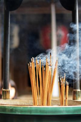 Räucherstäbchen vor einem Tempel in Kyoto