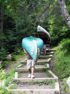 Zwischen zwei Seen muss das Kanu getragen werden