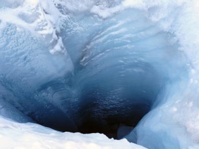 Sehr tiefes Loch im Gletscher