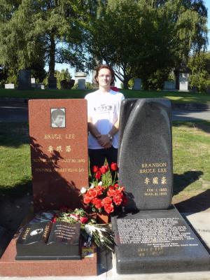 Am Grab von Bruce Lee und seinem Sohn Brandon