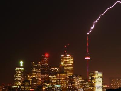 Ein Blitz trifft den CN Tower