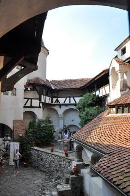 "Im Hof des ""Draculaschlosses"" [2]"