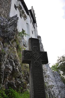 """Kreuz am Ausgang des """"Draculaschlosses"""""""