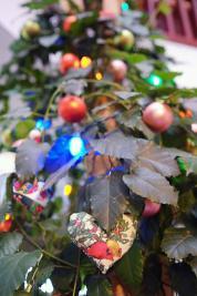 Der Hausbaum zu Weihnachten geschmückt